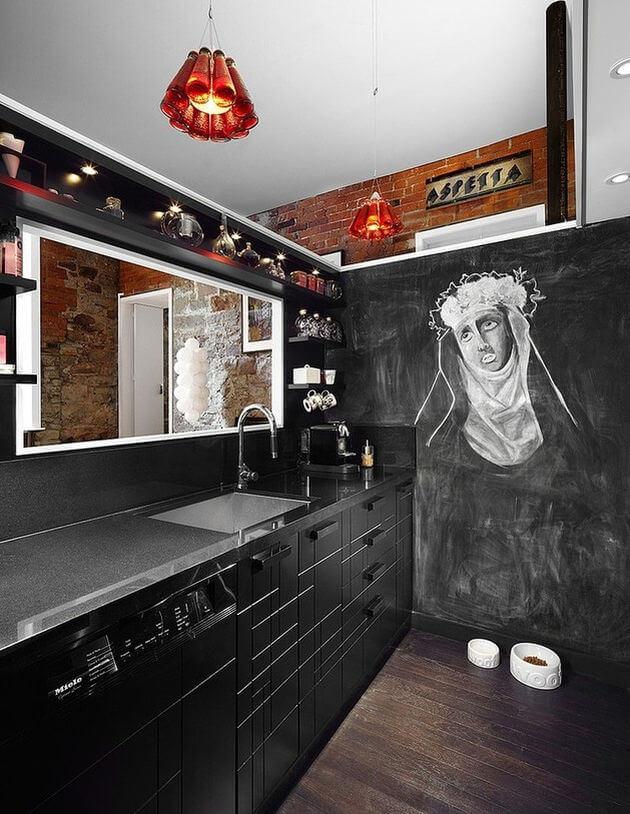 Доска для рисования мелом на стене в кухне