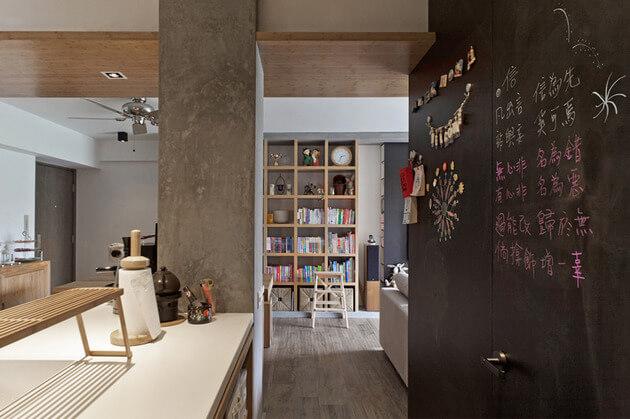 Грифельная доска на стене и двери
