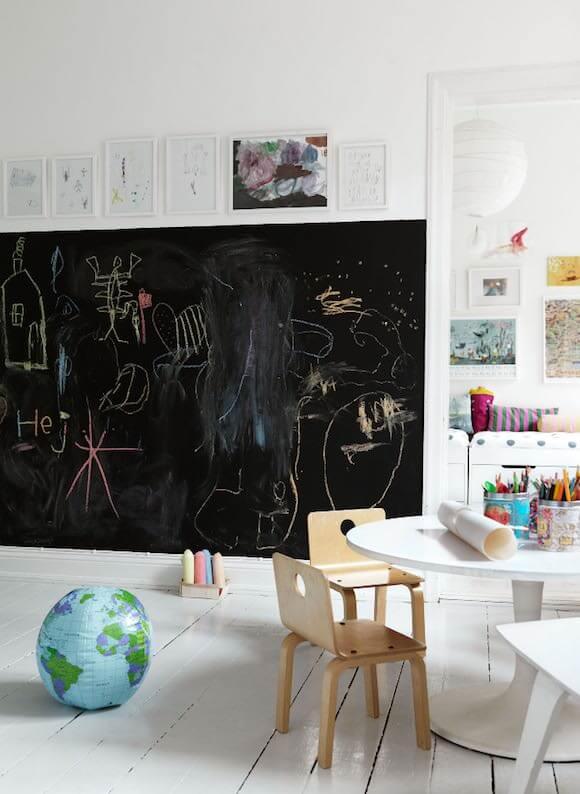 Большая грифельная доска на стене в детской комнате