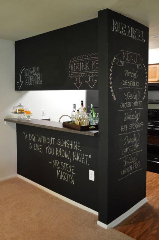 Барная стойка на кухне-студии из грифельных досок