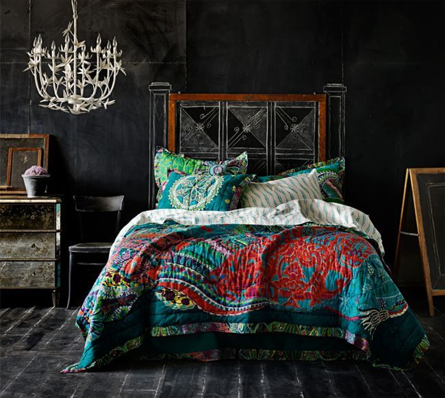 У кровати без изголовья оно нарисовано на меловой доске