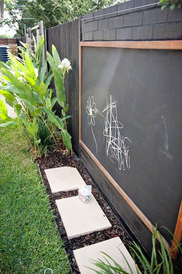 Меловая доска на заборе вокруг дома
