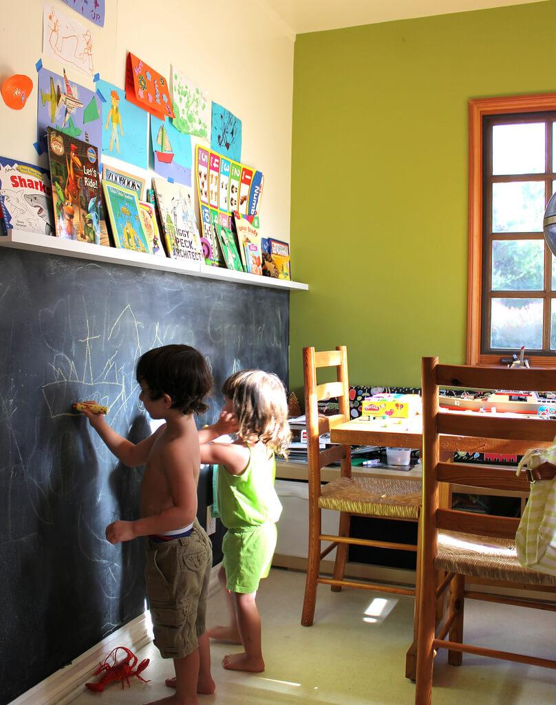 Для детей достаточно сделать меловую доску высотой до 1,5 меторв