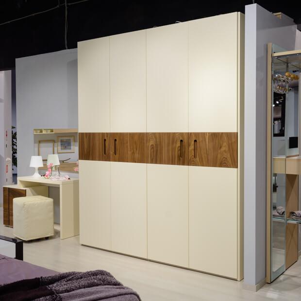 Стильный шкаф для спальни в бежевых тонах