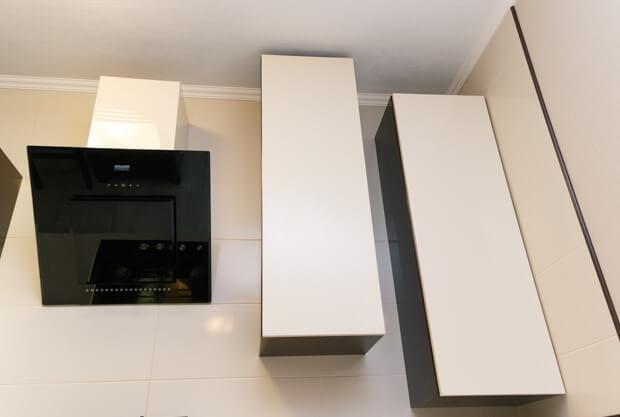 Хорошая вытяжка уменьшит количество запахов в кухни-студии