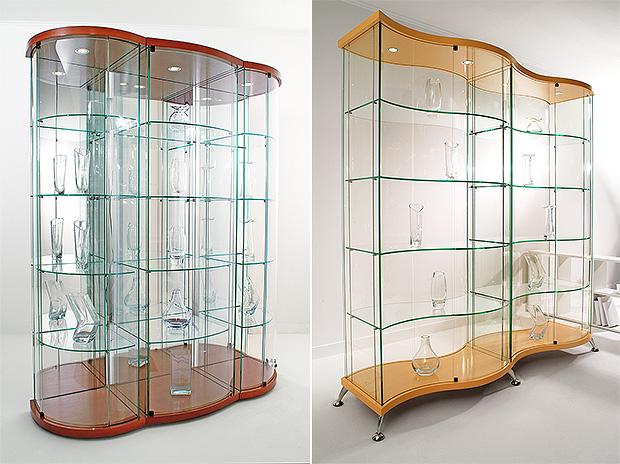 Несколько музейных витрин поставленных вместе