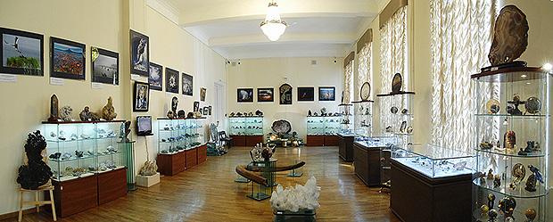 Стеклянные витрины в Государственном геологическом музее имени В. И. Вернадского РАН